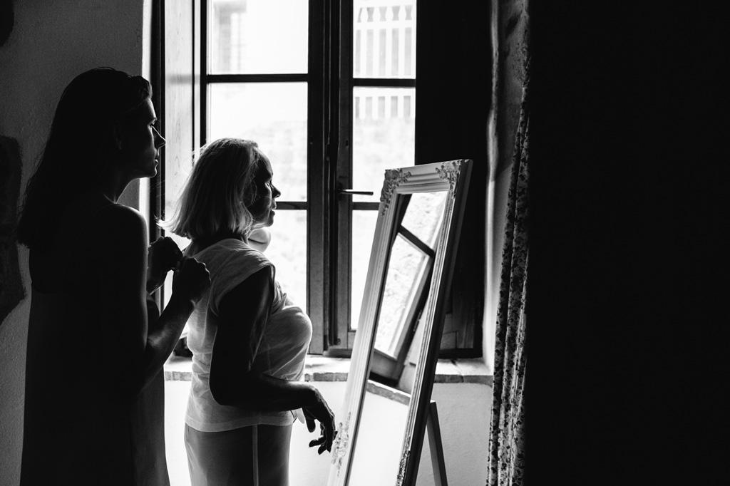 La sposa e la mamma si guardano allo specchio