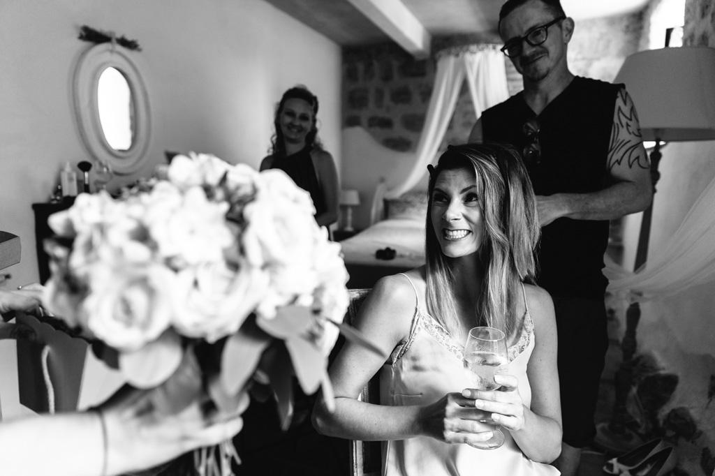 La sposa riceve il suo bouquet durante la preparazione
