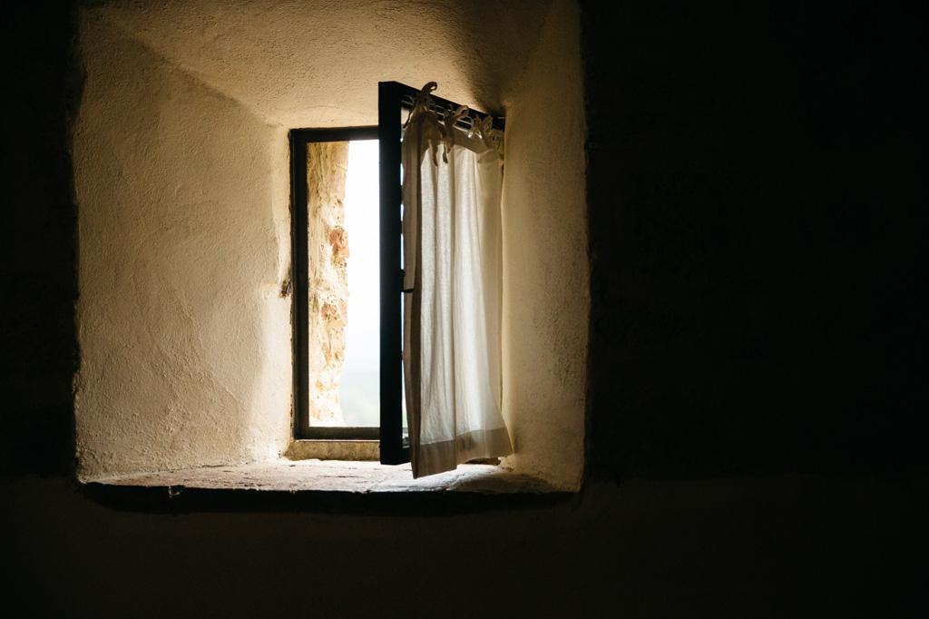 Dalla finestra della camera della sposa entra una luce splendida