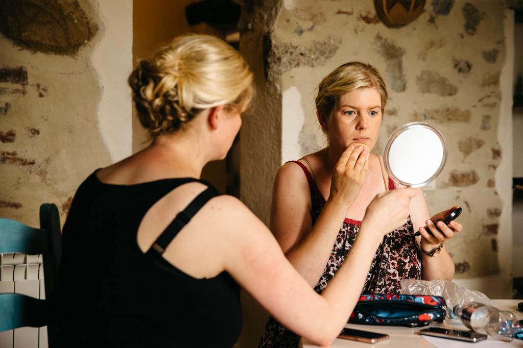 Parenti della sposa si truccano nella camera d'albergo in Toscana