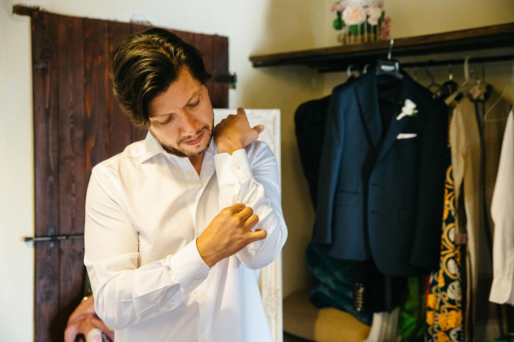 Carlos si sistema i polsini della camicia