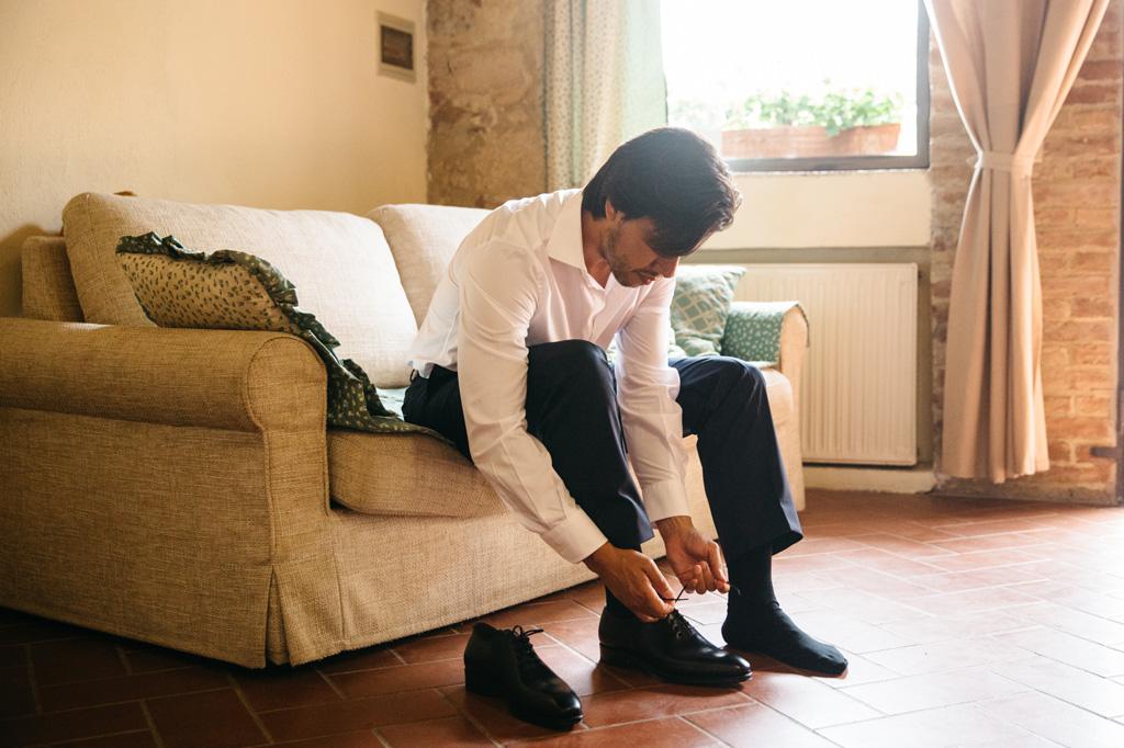 Lo sposo si allaccia le scarpe