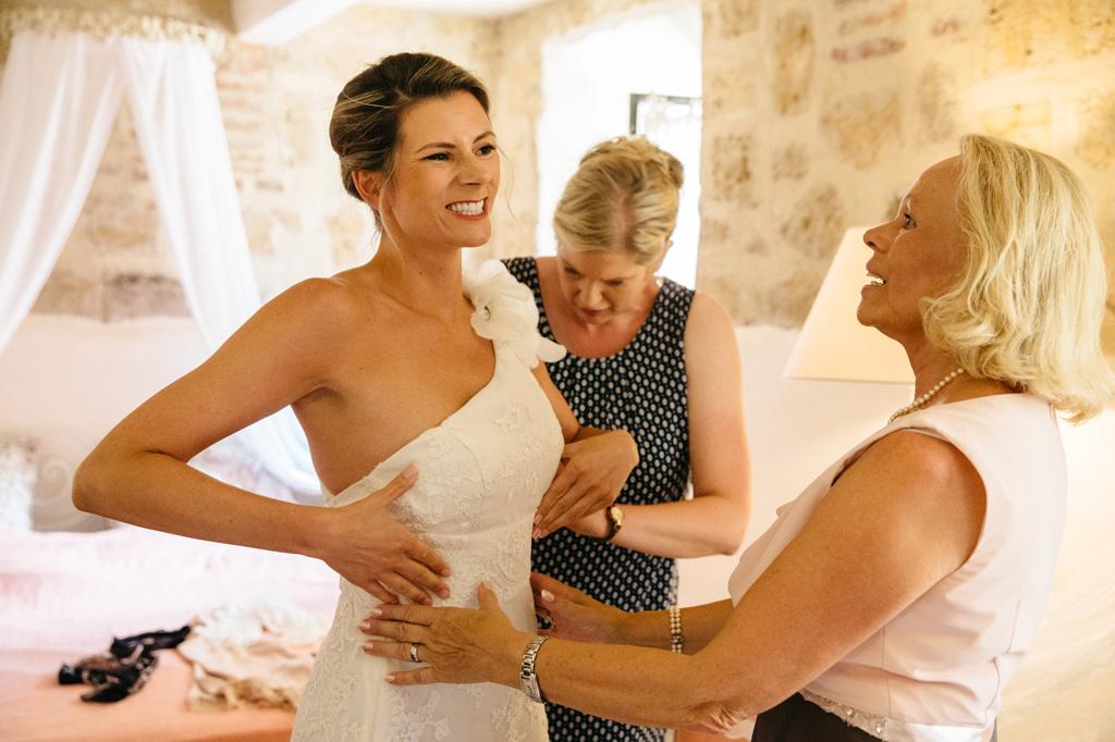Catherine indossa l'abito bianco mentre la mamma la guarda con orgoglio