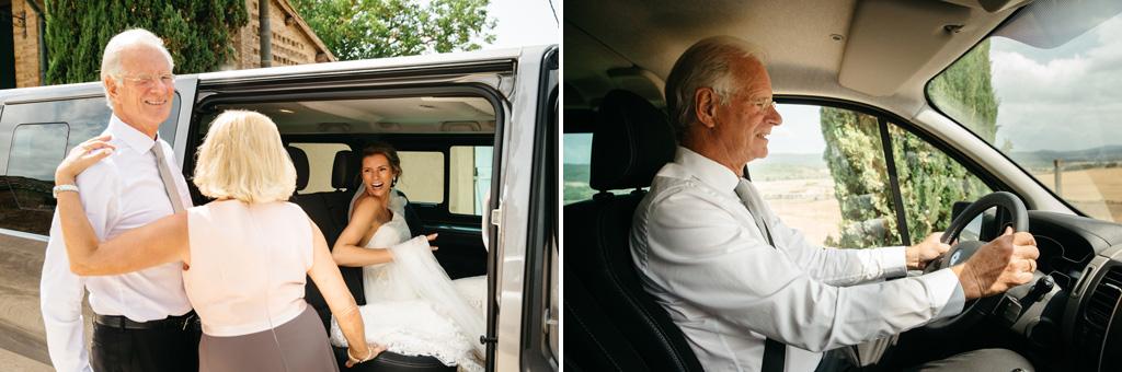 La sposa entra nell'auto guidata dal papà che la porterà alla cerimonia