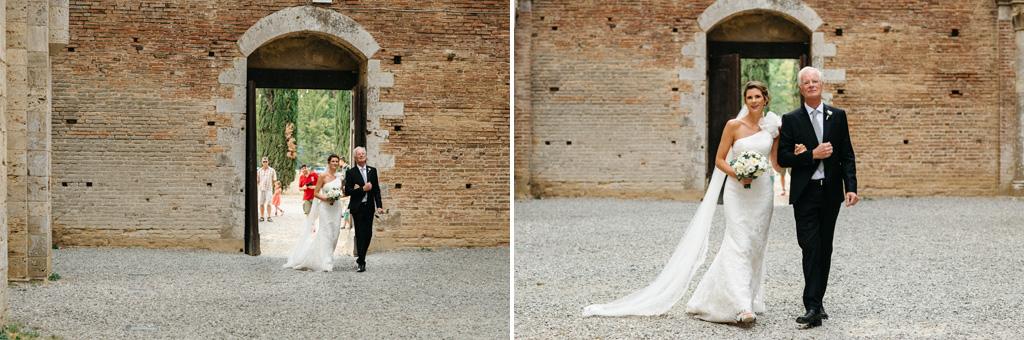 La sposa arriva all'Abbazia di San Galgano accompagnata dal padre
