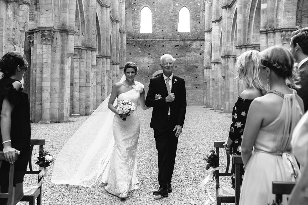 La sposa e il padre arrivano dagli invitati