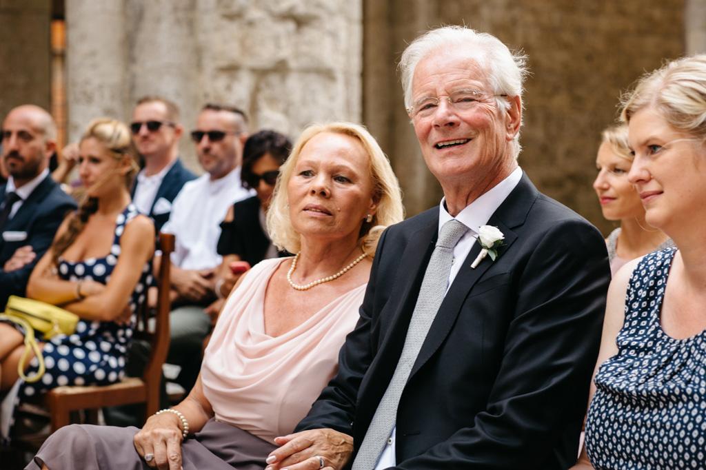 I genitori della sposa seguono la cerimonia