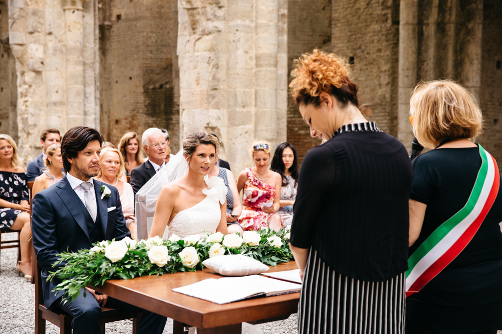 Gli sposi ascoltano l'officiante di nozze