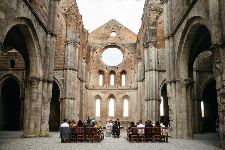 L'intimo matrimonio di Carlos e Catherine all'Abbazia di San Galgano in Toscana