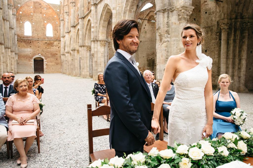 Gli sposi ridono durante la cerimonia civile