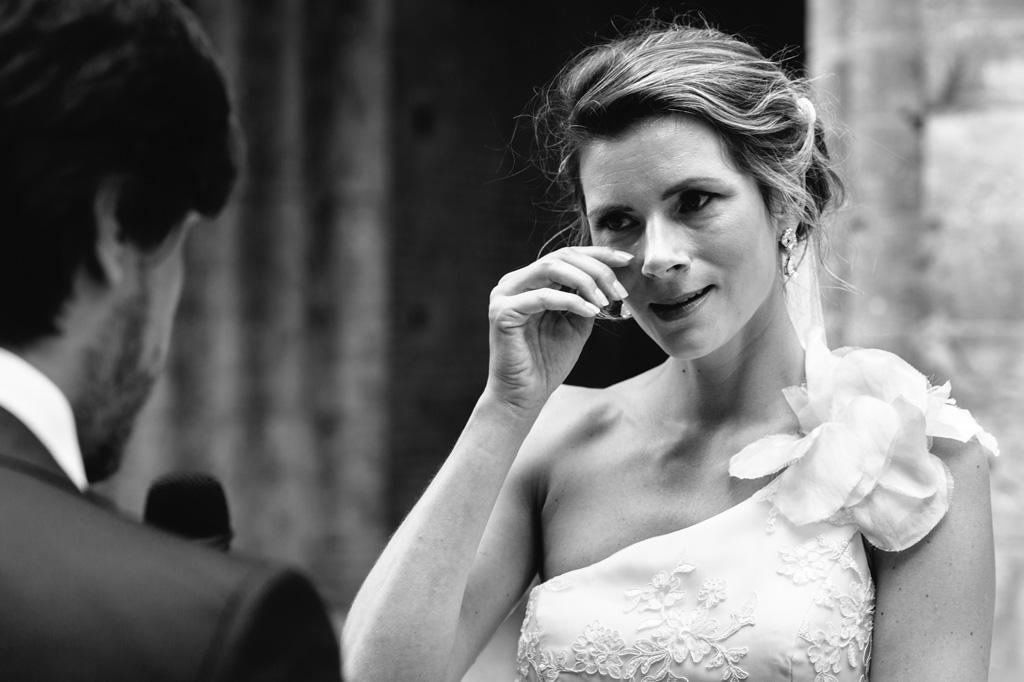 La sposa si commuove ascoltando le promesse del suo uomo