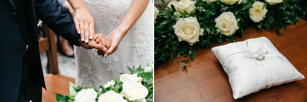 Il cuscinetto con le fedi e le mani degli sposi