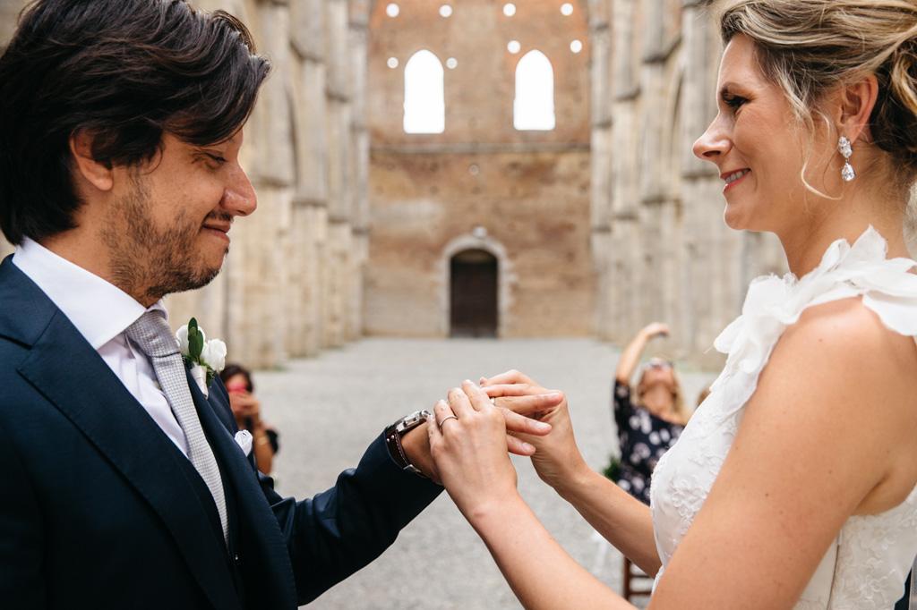 La sposa mette la fede al dito dello sposo