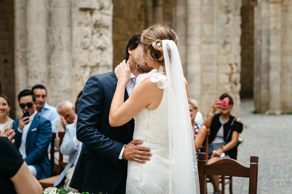 Il primo bacio da marito e moglie di Catherine e Carlos