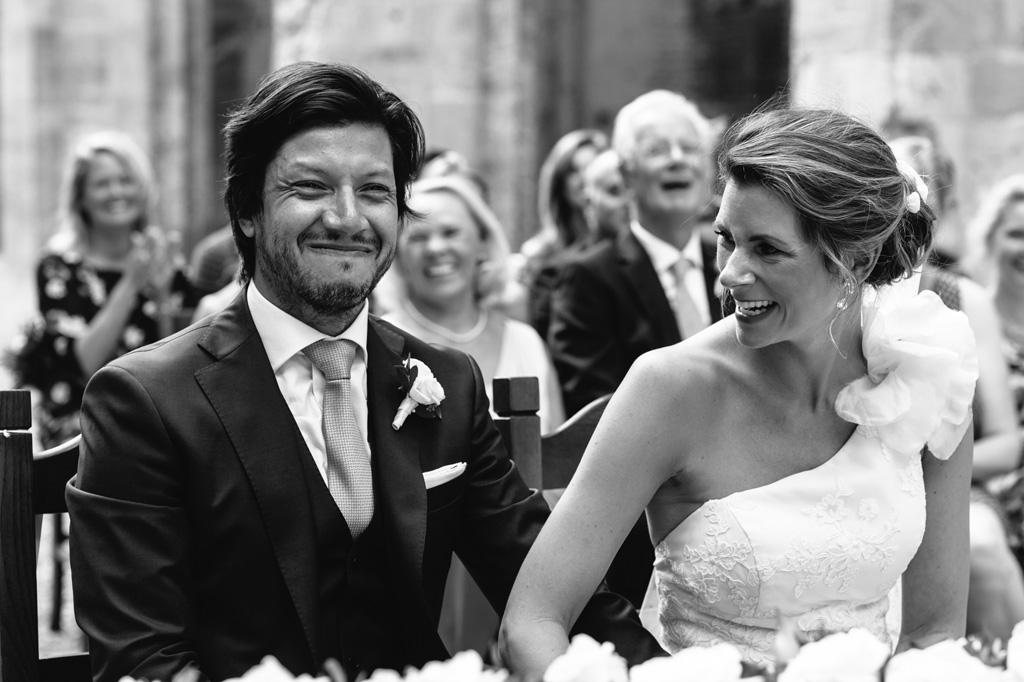 Gli sposi felici ridono dopo la cerimonia