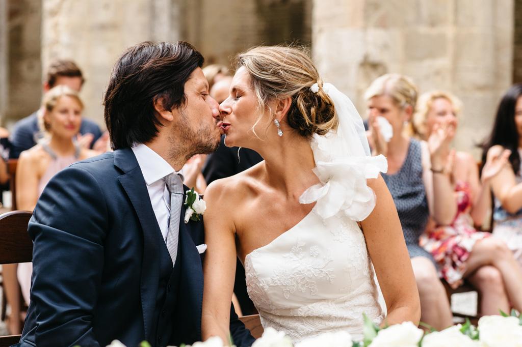 Carlos e Catherine si baciano teneramente all'Abbazia di San Galgano