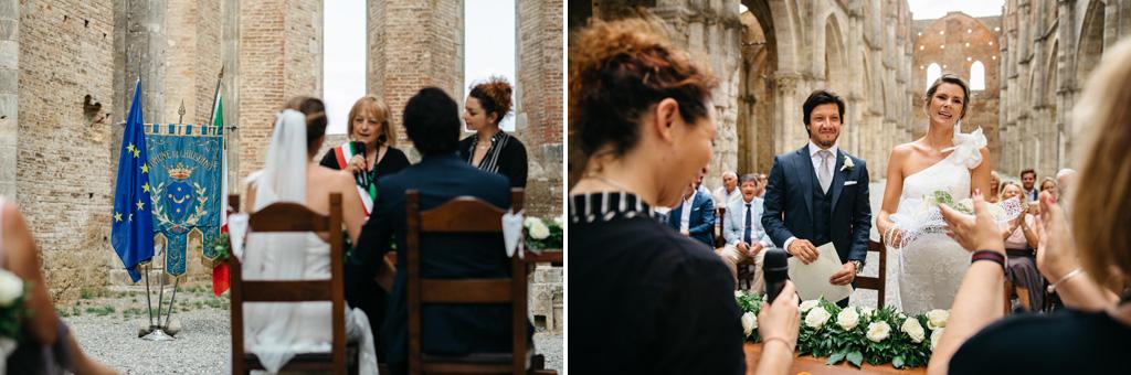 L'officiante regala dei fiori alla sposa alla fine della cerimonia