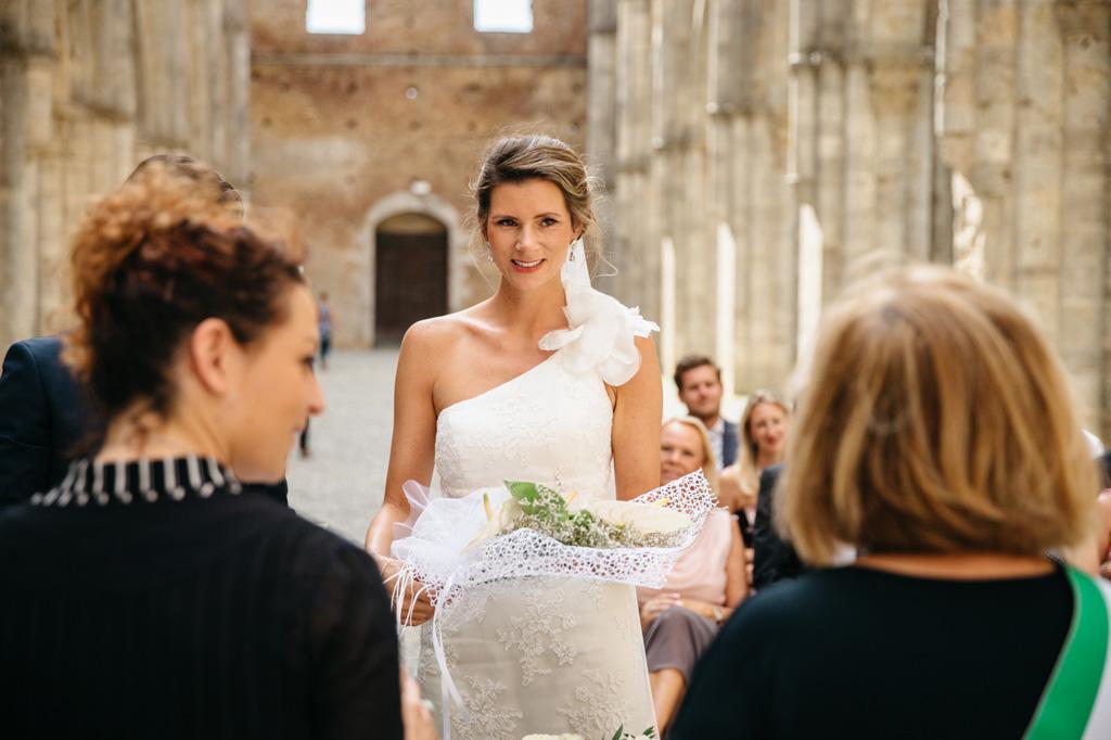 La sposa sorridente ringrazia per i fiori ricevuti