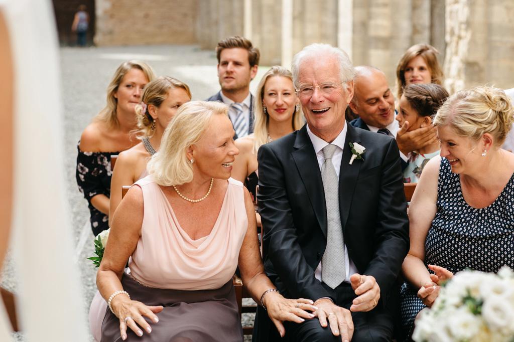 I genitori della sposa ridono alla fine della cerimonia
