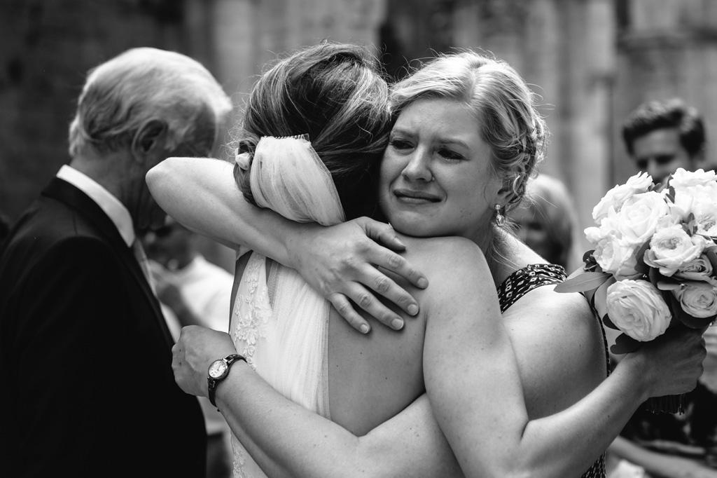 La damigella abbraccia commossa la sposa
