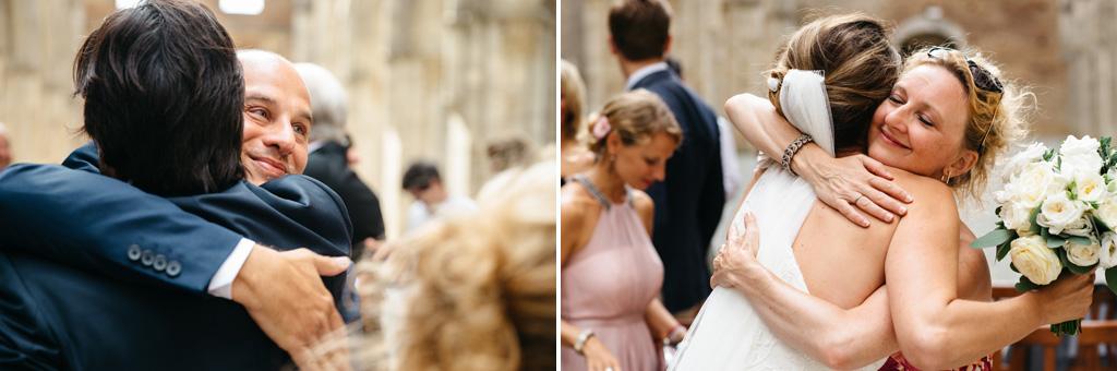 Gli invitati abbracciano gli sposi