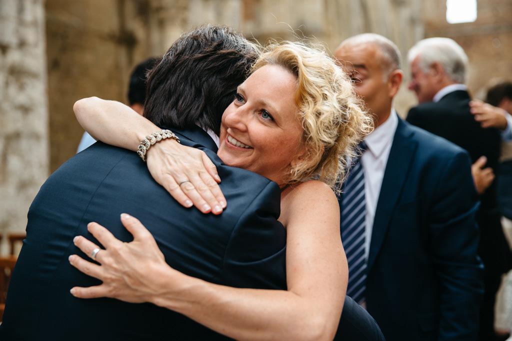 Un'invitata abbraccia lo sposo