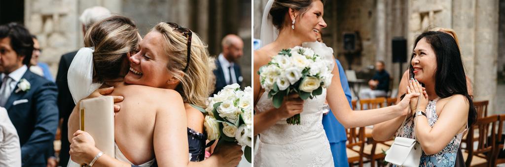 Gli invitati abbracciano la sposa alla fine della cerimonia
