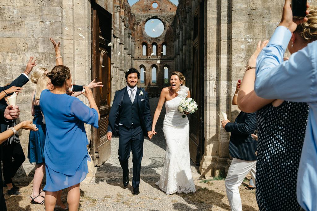 L'uscita degli sposi dalla Abbazia di San Galgano in Toscana
