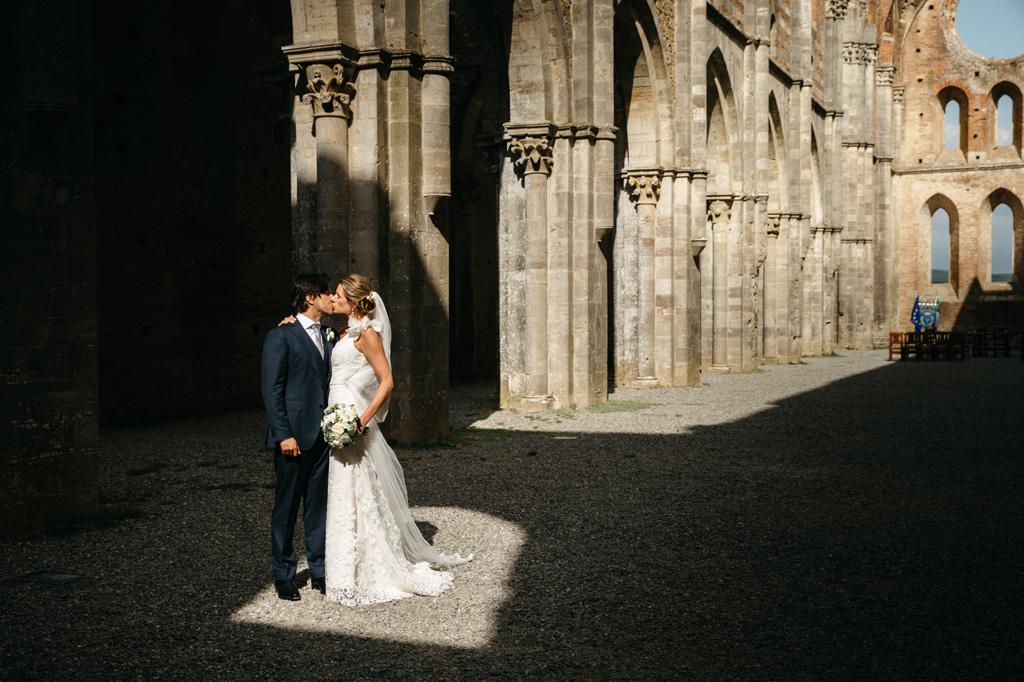 Gli sposi in una finestra di luce nell'Abbazia di San Galgano