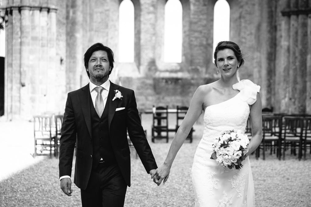 Gli sposi si dirigono verso l'uscita dell'Abbazia
