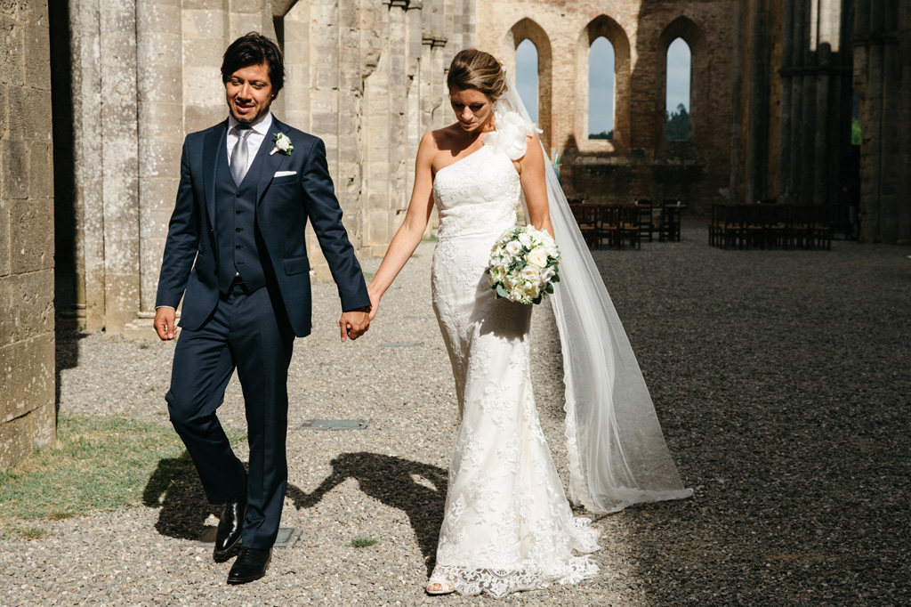 Gli sposi camminano mano nella mano nell'Abbazia