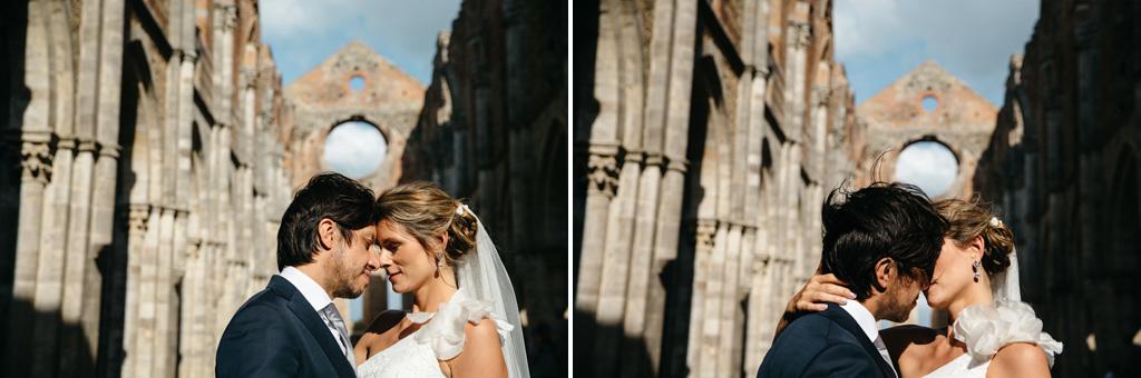 Foto di coppia degli sposi mentre si baciano nell'Abbazia di San Galgano