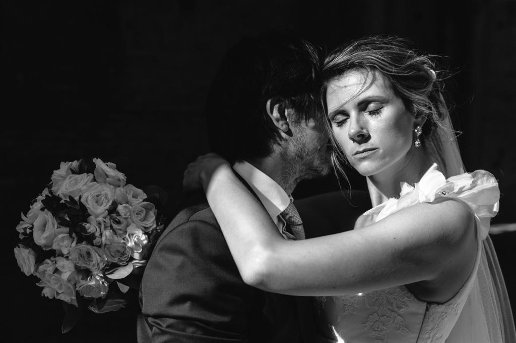 Foto di coppia in bianco e nero in un gioco di luci e ombre
