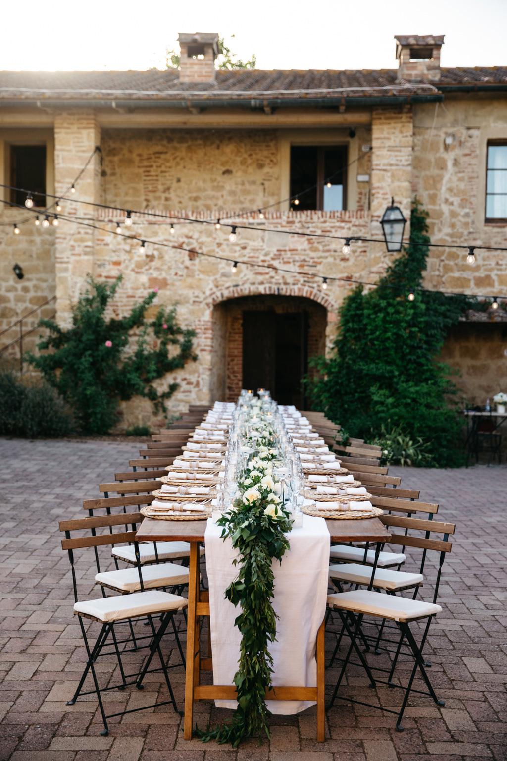 Il tavolo per la cena di nozze di Carlos e Catherine alla Tenuta di Papena, a Chiusdino