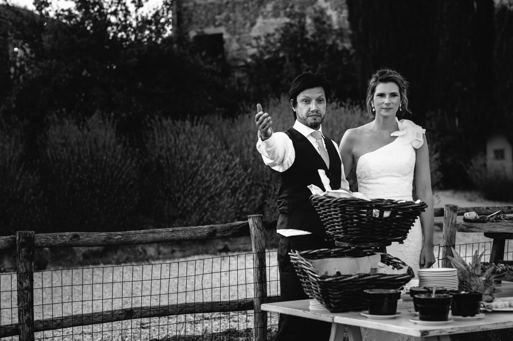 Gli sposi invitano gli ospiti a servirsi dal buffet