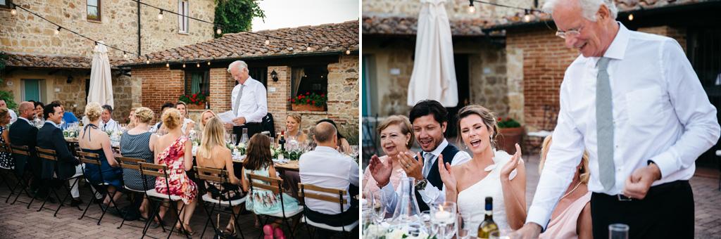 Il padre della sposa legge un discorso scritto per loro prima della cena