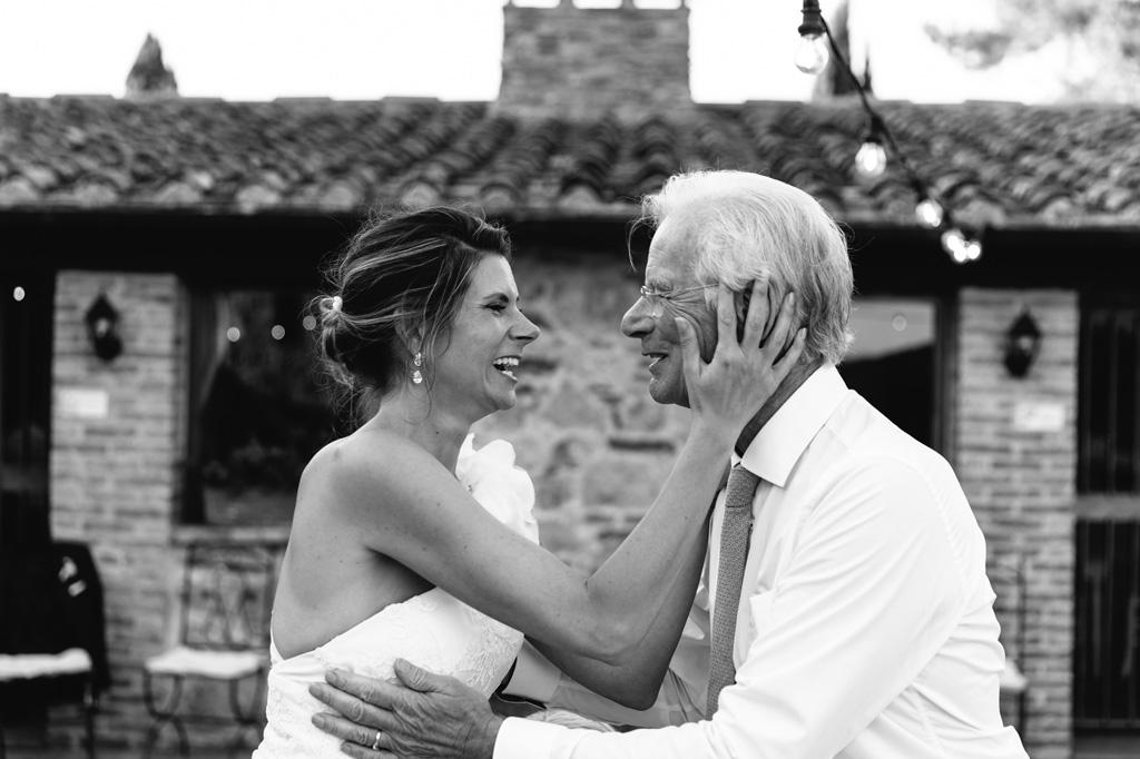 La sposa ringrazia con gioia il padre per il discorso