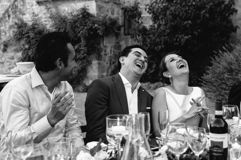 Risate durante la cena alla Tenuta di Papena