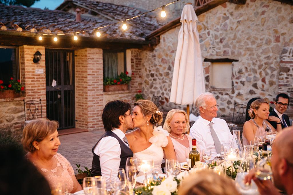 Gli sposi si baciano durante la cena
