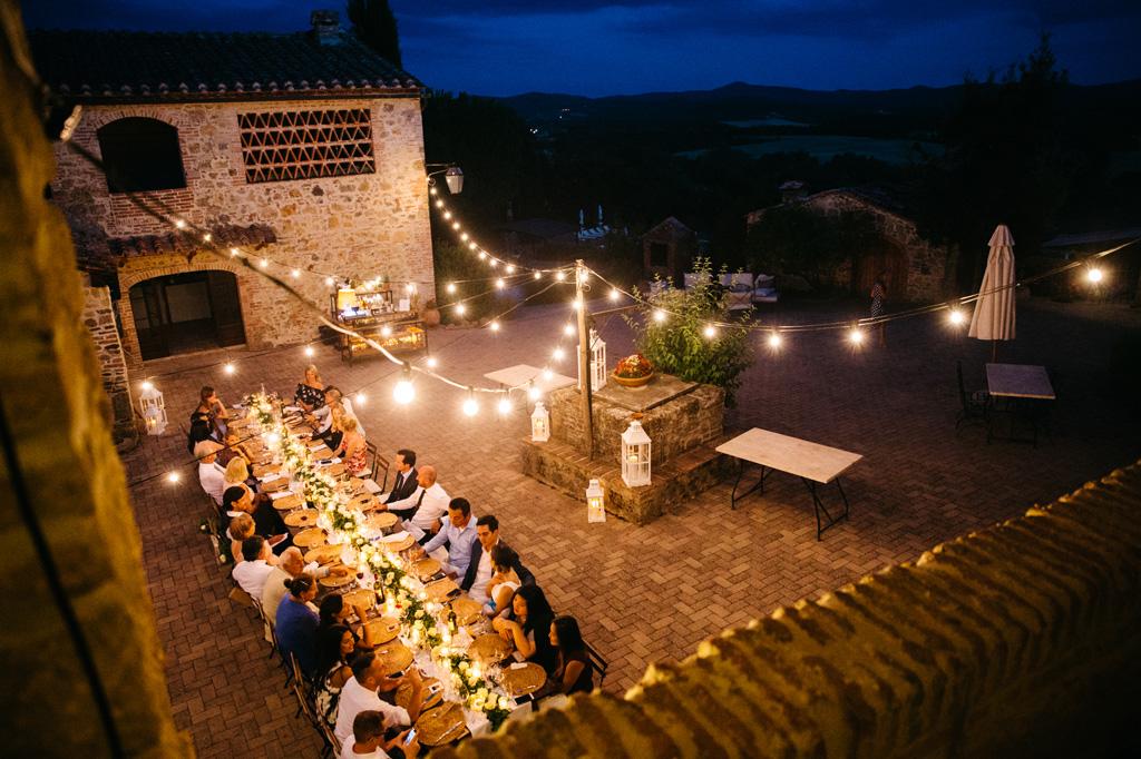 Il tavolo illuminato da tante lampadine al ricevimento di Carlos e Catherine