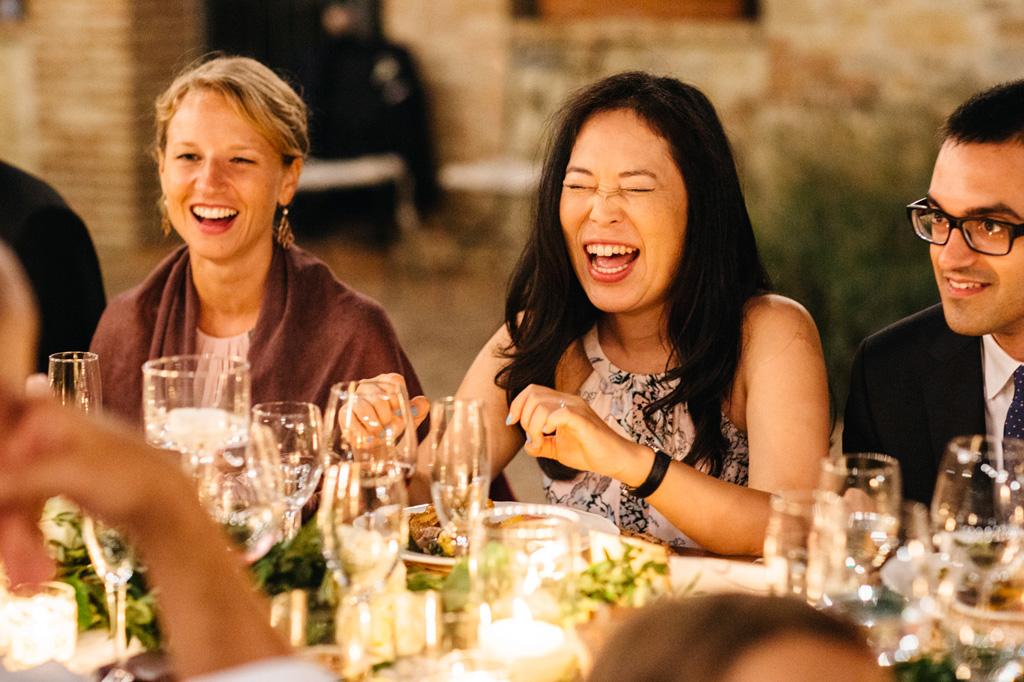 Gli invitati ridono durante la cena alla Tenuta di Papena
