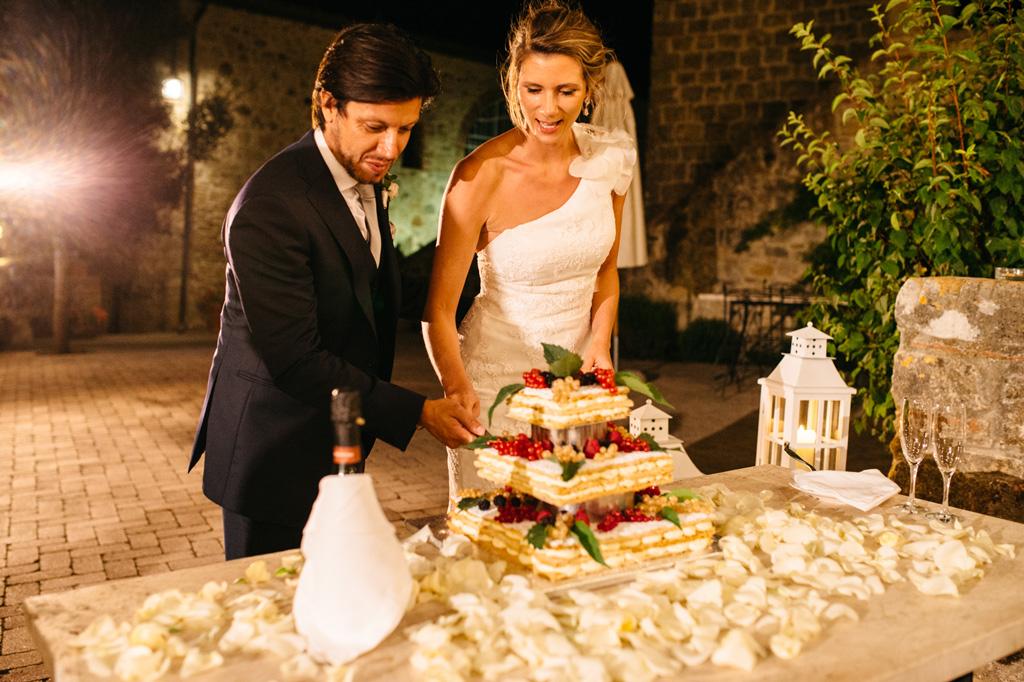 Carlos e Catherine tagliano la loro torta nuziale