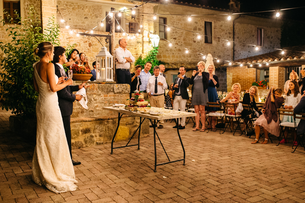 Gli invitati fotografano gli sposi mentre Carlos stappa la bottiglia di champagne