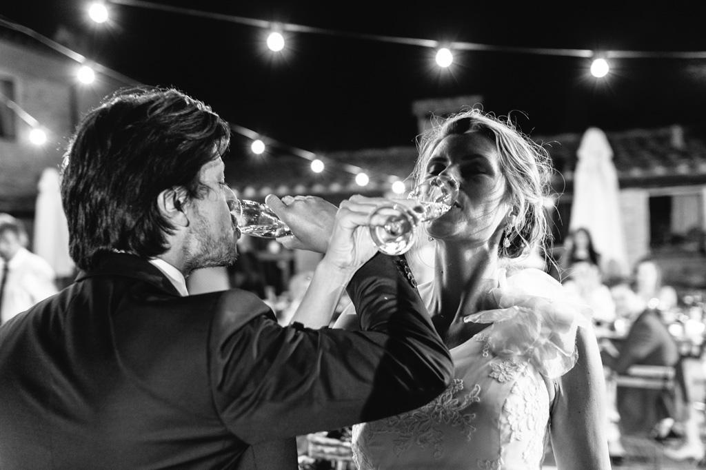 Gli sposi brindano e bevono lo champagne