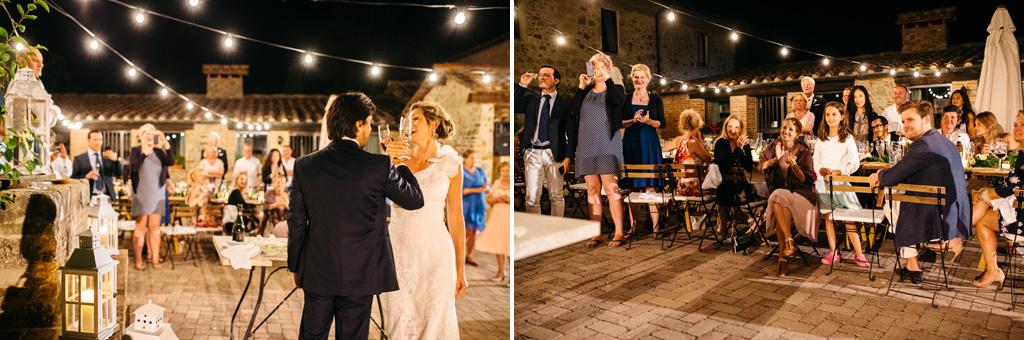 Gli sposi brindano dopo il taglio della torta e gli invitati felici applaudono