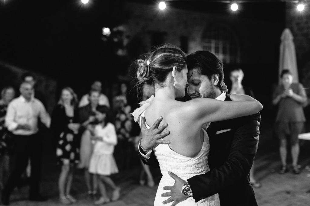 Gli sposi si abbracciano per iniziare il loro primo ballo