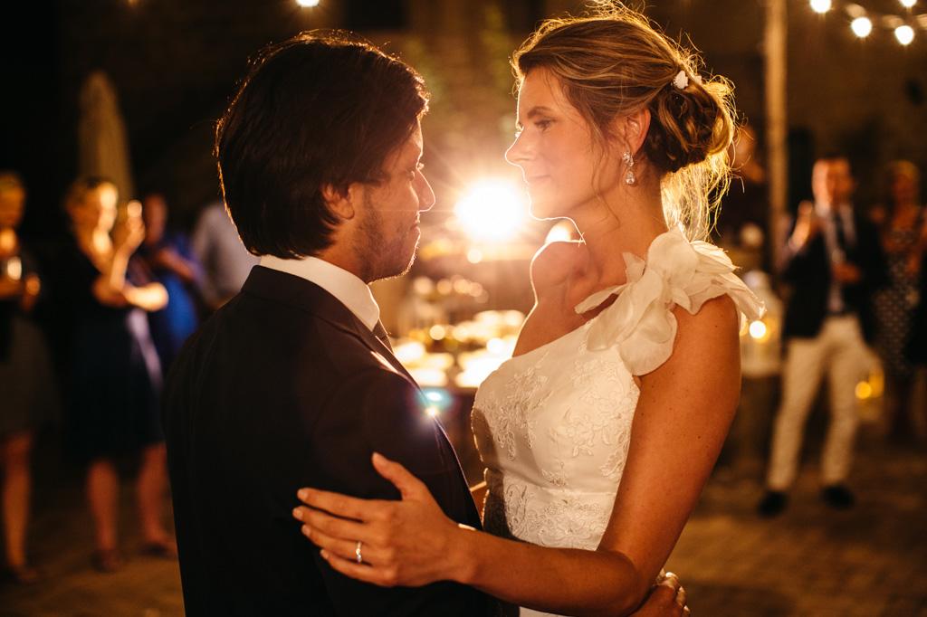 Gli sposi innamorati si guardano durante il loro primo ballo alla Tenuta di Papena