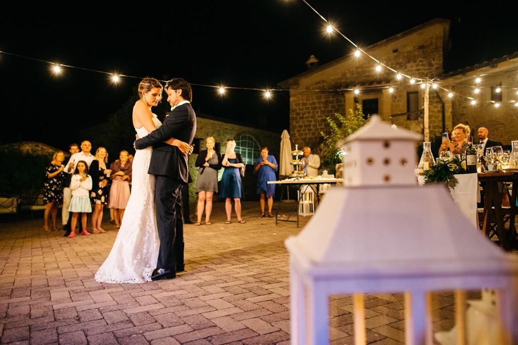 Il primo ballo degli sposi visto oltre una lanterna bianca