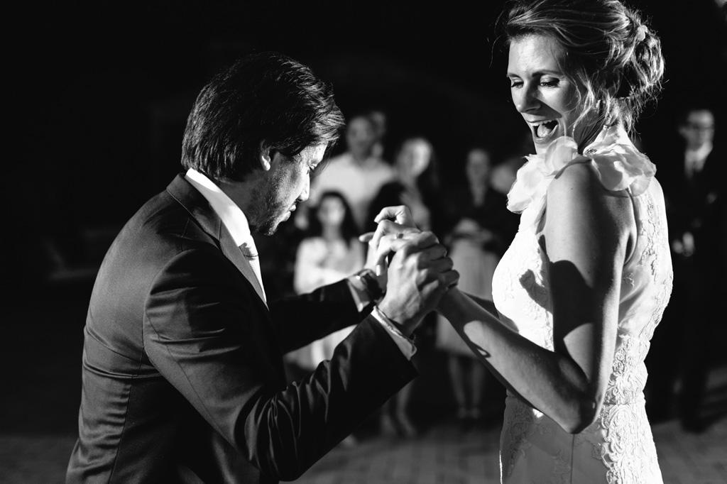 Gli sposi si divertono durante il loro primo ballo