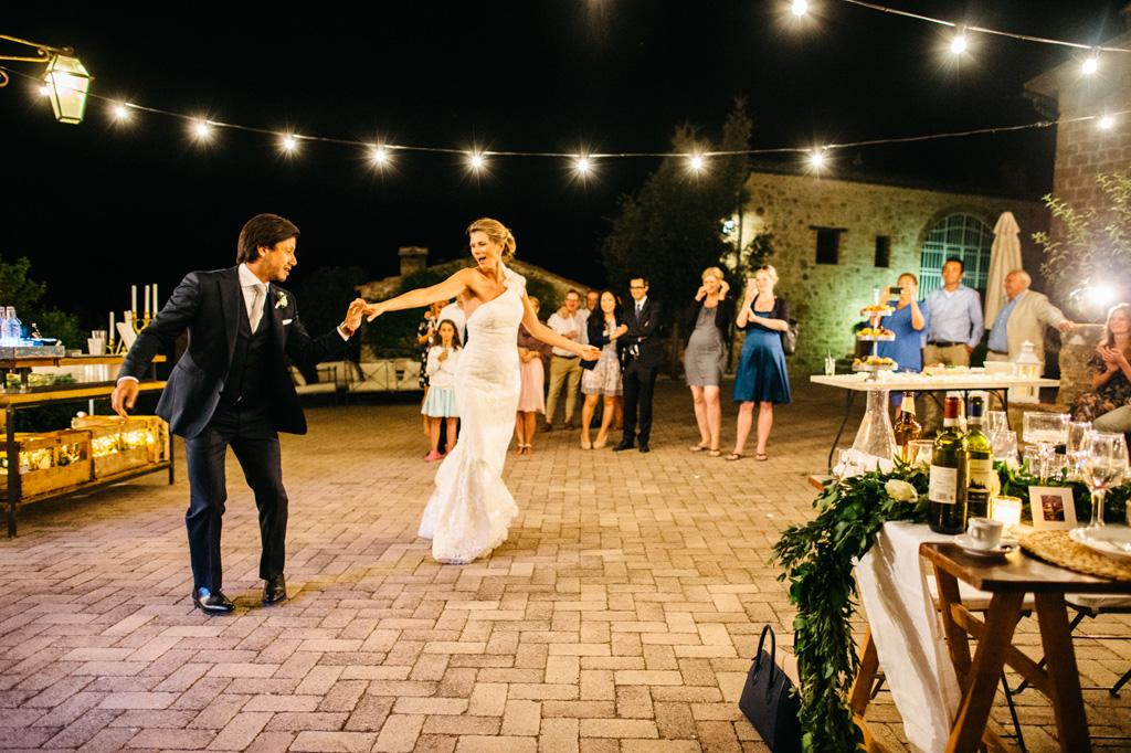 Gli sposi si scatenano nel primo ballo alla Tenuta di Papena